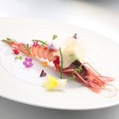 地中海で採れたエビに地元の花を合わせた一皿。近海で獲れるエビは甘いうえに種類が多く、様々なバリエーションのエビ料理は同店を代表する料理のひとつ