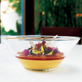 花のゼリーとパッションフルーツの二層になった上のメニューは同店の名物デザート。食べられる花として、スミレ、オレンジ、バラ、ジャスミンなどを使用