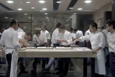 「エル・ブリ」の厨房。40品ほどあるコース料理を手がける同店のスタッフの数は、客席数より多い