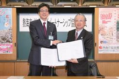 協定書にサインをし、握手を交わす齊藤 栄 熱海市長(左)とぐるなび 代表取締役会長 滝 久雄