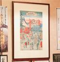 店内には先代が集めた錦絵が多数飾られている。写真の「水天宮の錦絵」のある席で赤飯を食べた人は、安産になるという逸話も