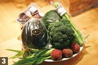 """「少量多品種を栽培される農家が多いせいか、農作物の""""旬""""が短い」と笑う、日笠氏。先日、送られてきたイタリア種の生食できる空豆などは、非常に珍しい食材で2週間程度で終売だった。この日、香川から届いた野菜は、アンデスレッド・ヤングコーン・ブロッコリー・かぼちゃ・きくらげ・アスパラガス・茄子に地元野菜の三豊なす。トマトの側芽が入っていたので、何に使うか訊ねたところ「荷の中に入れたから食べてみて・・・と言われたけど""""食べ方""""がわからなくて、とりあえず""""天ぷら""""かな?」"""