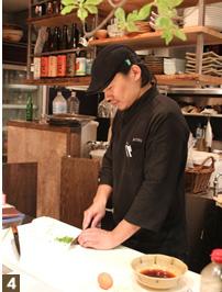 """『食材探しの旅』を機に""""香川県産食材""""という柱を店に立てた日笠氏。「提供する料理はそこそこ美味しく、お客様にご満足いただける自信はあったが、自分の中で""""何か""""が足りなかった。お客様に対し、店の""""ウリ""""を考えた時、分かりやすいので""""香川県食材""""と言っているが、自分の中では""""欲しいものが香川にあった""""という感覚だ。向香川と連絡を取り合うときはいつも、30分くらい話す。向こうの様子や、食材のこと、何でも色々、聞くことで納得いく取引きができている。今は、自信をもって売りたいものをお客様に薦めることができるので迷いはない」。"""