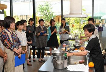 """""""熱海ブランド""""である「A-PLUS」に認定されている「橙マーマレード」の作り方を、「橙の倉田家」店主・倉田とし子氏が伝授。"""