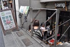 JR代々木駅から徒歩3分ほどのビルの地階にあり、女性客が約7割を占めている。