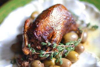ロートレックがもっとも好きだった料理のひとつ、「ヤマバトのオリーブ添え」。狩猟の盛んな土地で育ったのでジビエは欠かせない食材だった