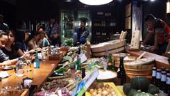 (写真2)日本の居酒屋を再現し、現地のお客様もたくさん