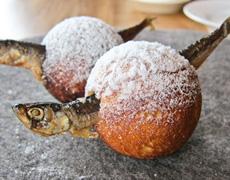 ニューノルディック・キュイジーヌでは、洗練された調理に、驚きの演出を加える。写真は「ノーマ」で出される料理で、エイブルスキーバというデンマークのドーナツ菓子にニシンを串刺ししたもの