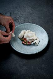 「レレ」のメニューより 「カブとサンフィアとラム」。食材の持ち味がしっかりと印象に残ることを心掛け、ポーションは大きめにしている Photo by Per-Anders Jörgensen