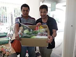 (写真2)藤田店長(左)が何もわからない僕にいろんなことを教えてくれて感謝です