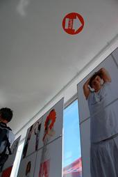 祈りのためのスペースの天井には、祈りの方角を指す矢印が。レストランなどでは1畳ほどのスペースを設けるところもある