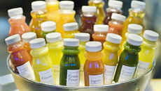 ジュースも搾りたてが飲めるベジタリアン・メニューのビュッフェが大人気