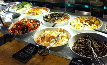 色とりどりの野菜が並ぶ「ティビッツ」のビュッフェ。様々な料理が選べるため、「週に1日のミート・フリー」を気軽に実現するのにぴったり