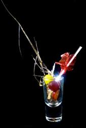 ベジタリアン料理でも様々な表現ができることを示す、シェパード氏のブドウを使ったアミューズ。分子料理の技術でブドウ果汁をガラスのように細工する