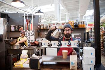 健康志向のタコスが人気の「ブルックリン・タコ」はテイクアウトにも対応しており、キッチンはフル回転の忙しさ