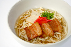 (写真3)タイ人にも親しまれている「ソーキそば」
