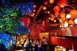 (写真1)昔ながらの日本を演出した「ASIAN VILLEトンロー横丁」