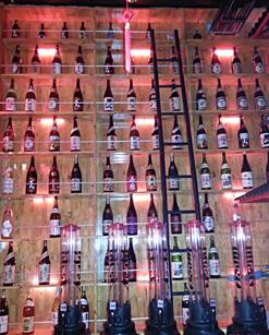 (写真2)日本酒や焼酎なども豊富にそろえる