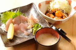 (写真3)鶏刺し(左)と鶏もつ煮(右)。日本の味がタイで味わえる