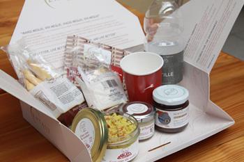 「イタロ・ボックス」のメニューは肉料理、野菜料理、サラミ盛り合わせの3種類各15~19ユーロ(約1,990~2,520円)と、朝食・軽食類のセットが6~12ユーロ(約790~1,590円)。デザートやパン類も有名ブランドのものを提供