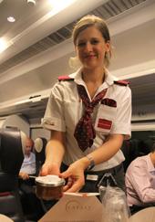 食べたい時間に合わせて乗務員に持ってきてもらうこともできるし、メニューによっては温めてもらうこともできる