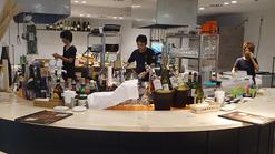 (写真1)半円形のカウンターが印象的な「ARound Kitchen」の店内