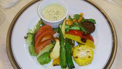 (写真2)野菜のうまみが感じられるバーニャカウダ