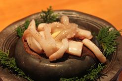 (写真3)剣先イカを鰹の酒盗に漬けて、バターで焼き上げた「千代の石焼き」