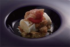 米と卵と鶏肉を使って、日本の親子丼をフランス料理として再構築した作品。極上のコンソメの旨味、見た目のインパクト、香りのマリアージュが楽しめる一品として、高い評価を得た