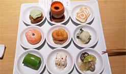 (写真1)前菜のプレート。9種類の前菜が小皿に盛られて提供され、様々な料理がいただける