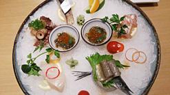 (写真2)刺身は、素材を活かして醤油はつけずに食べる
