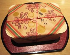 (写真3)シメのご飯は弁当のようなスタイルで提供。中にはカニ飯が入っている