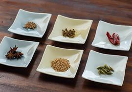 スパイスはハーブと違い、「食品」として安心して使える食材と位置付けられている。様々な特性を持つため、それを最大限に引き出す方法も知っておきたい