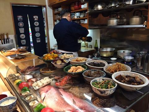 (写真1)「たこつぼ」の店内。こじんまりとしているが、カウンターには旬の食材や料理が並ぶ