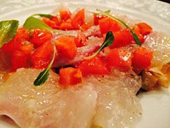 (写真1)「真鯛と旬野菜のカルパッチョ」は、ていねいな味付けが感じられる一品