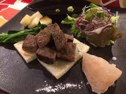 (写真1)盛り付けが工夫されている「Dining Tanpopo」のステーキ