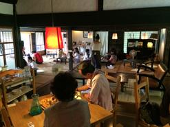 (写真1)「おへそカフェ&ベーカリー」の店内。座敷席には畳が敷かれ、くつろげる空間