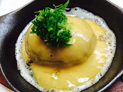 (写真3)看板料理の1つである卵のソースがかかった「いわしハンバーグ」