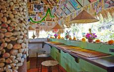 食べることで、地元の医療に貢献できるレストランも登場。店内にはインドネシアの医療現場の写真が飾られるが、南国風の店内は明るい雰囲気