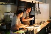 奥がオーナーシェフのプラスメイジャー氏、手前がアドリアンシア氏。オープンキッチンのため、客席から調理の様子を見ることができる