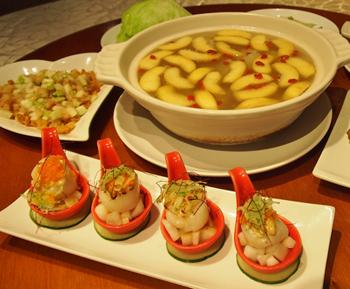 手前が梨とホタテを使った「水梨鮮干貝」、奥が苦瓜とリンゴのスープ「蘋果苦瓜排骨湯」。鮮やかな見た目も食欲をそそる