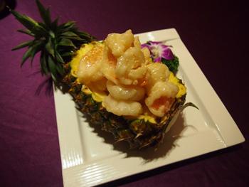 新鮮なエビとパイナップルを合わせた「鳳梨明蝦球」も人気。果肉をくりぬいたパイナップルの器に盛られた様子は華やかでテーブルを明るく彩る
