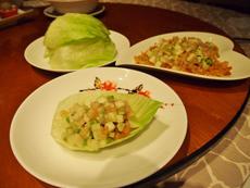 中華で有名な料理「生菜蝦鬆」(エビの炒め物のレタス包み)に使われる荸萕(黒クワイ)の代わりにグァバを用いた創作料理。グァバの爽やかな甘みがエビとよく合う一品