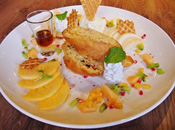 季節のフルーツをふんだんに使ったフレンチトースト「鮮果法式脆皮布丁吐司」。色鮮やかな見た目で女性に大人気だ