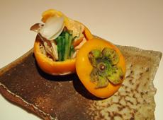 1cm角に切った柿としめじ、水菜、百合の根を胡麻ソースで和えた前菜。柿の甘みが、香ばしい胡麻の風味とよく合う一品。中をくりぬいた柿を器に使い、視覚でも楽しめる