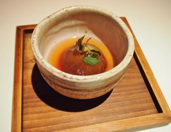 「無花果煮品」は鰹ベースの出汁でイチジクを丸ごと煮物にした一品。じっくりと煮込まれたイチジクは出汁が染み込み、とろりと柔らかい