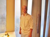 名古屋に留学して料理を勉強した板長の吳聲樺氏。盛り付けに使う器は常滑焼(とこなめやき)や備前焼などを使用し、日本まで自ら買い付けに行くそうだ