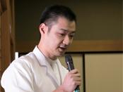 閉会の挨拶をする髙橋義弘氏。料理の知識と技術に加えて「心」も継承する重要性に触れた