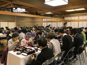 約120人が精進料理を堪能した食事会。素材や調理法に耳を傾け、終始、和やかな雰囲気に包まれた