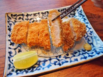 毎日数量限定の人気ナンバーワンメニュー「黒豚棒腰内豬排套餐」は、貴重な台湾産黒豚のヒレかつ。やわらかく、黒豚のうまみが存分に味わえる